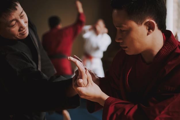 Selbstverteidigungstraining im fitnessstudio mit sensei Premium Fotos