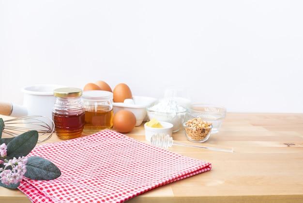 Selektiver fokus kochen von frühstück oder bäckerei mit zutaten Premium Fotos