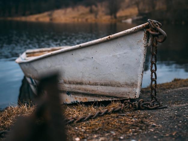 Selektiver fokusschuss eines alten bootes auf dem wasser Kostenlose Fotos