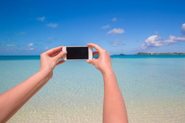 Selfie-foto mit smartphone, meerblick Premium Fotos