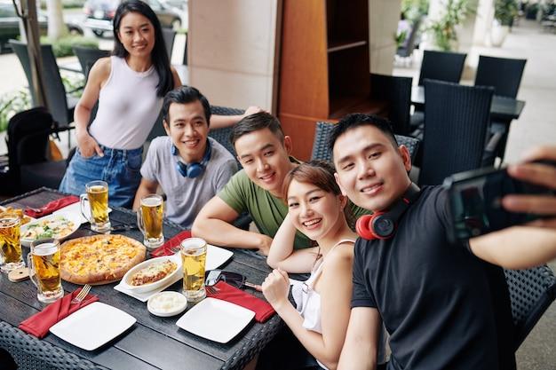 Selfie-porträt von freunden im restaurant Premium Fotos