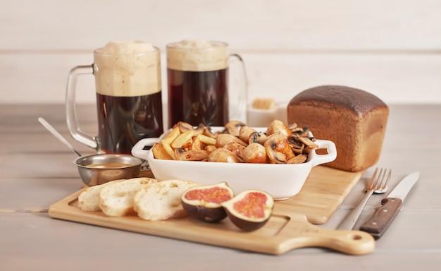 Selyansky kartoffeln mit würstchen und dunklem bier zum oktoberfest Premium Fotos