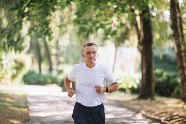 Senior läufertraining im freien Kostenlose Fotos