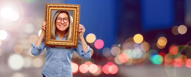 Senior schöne frau mit einem rahmen Premium Fotos