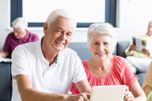 Senioren, die eine tablette verwenden Premium Fotos