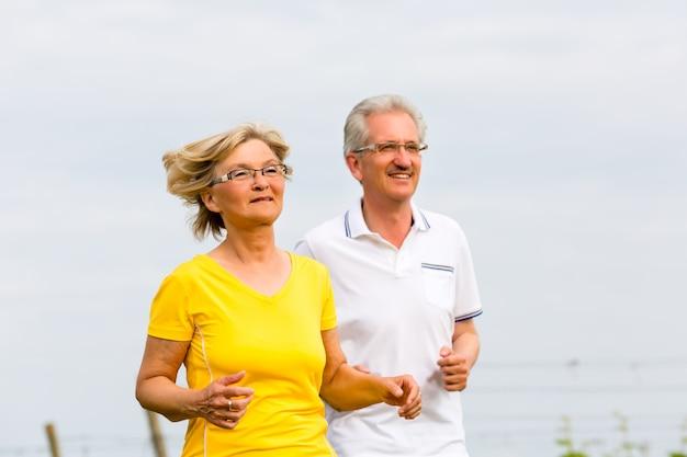 Senioren, die in der natur tut sport rütteln Premium Fotos