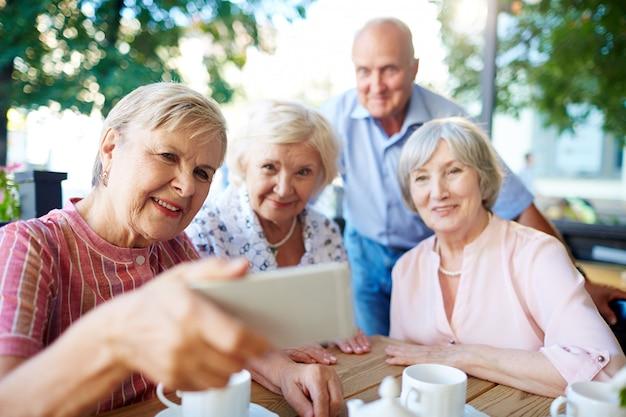 Senioren, die selfie mit smartphone nehmen Kostenlose Fotos