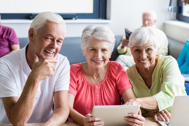 Senioren, die technologie einsetzen Premium Fotos