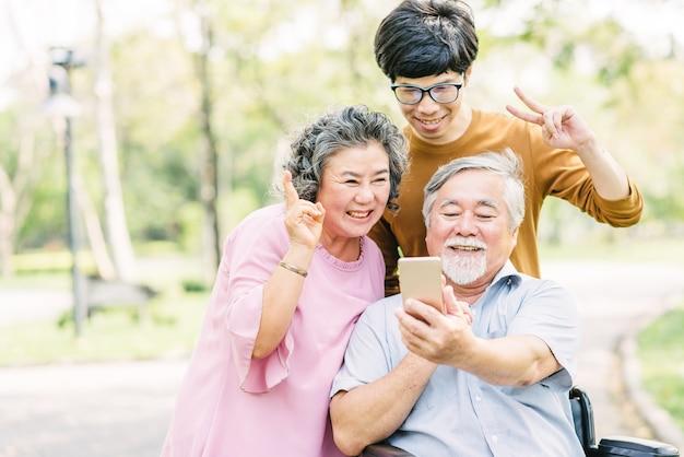 Senioren familie spaß mit smartphone Premium Fotos