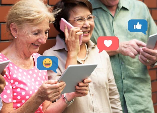 Senioren in den sozialen medien Premium Fotos