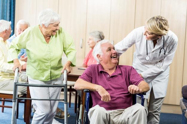 Senioren mit rollstuhl und gehhilfe Premium Fotos