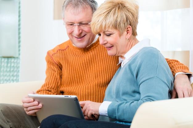 Senioren zu hause mit tablet-computer Premium Fotos