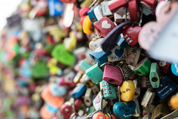 Seoul, südkorea - 17. september 2018: vielfalt des verschlossenen schlüssels an turm n seoul auf dem namsan-berg, dass leute glauben, dass sie die für immer liebe haben, wenn sie den paarnamen darauf schreiben Premium Fotos