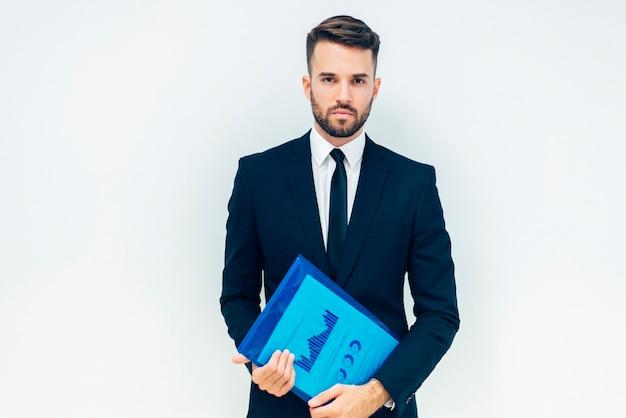 Serious business-mann mit ordner Kostenlose Fotos