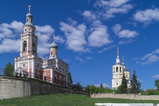 Serpukhov.church of mariä himmelfahrt (gelb) und elias, der prophet. Premium Fotos