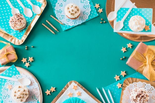 Servierte cupcakes auf farbigem hintergrund Kostenlose Fotos