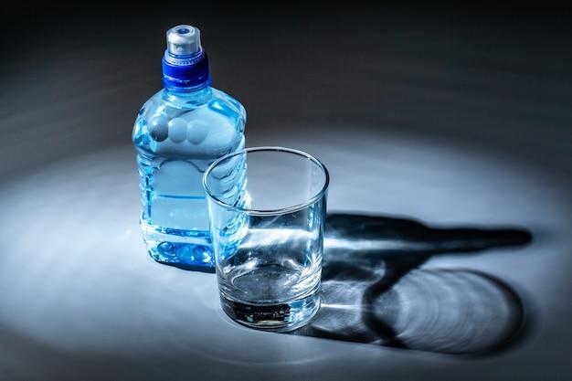 Serviertischset aus mineralwasserflasche und glas Premium Fotos