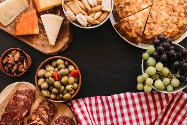 Serviette in der nähe von köstlichen speisen Kostenlose Fotos