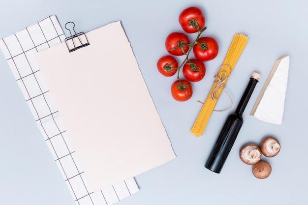 Serviette; leeres weißes papier und zutat für das kochen von nudeln auf der oberfläche Kostenlose Fotos