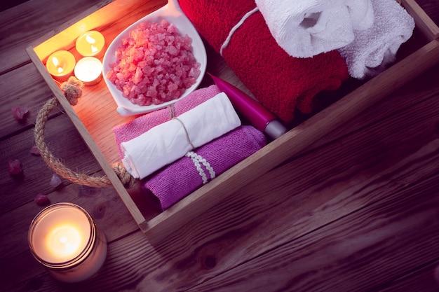 Set badehauszubehör für spa in low-key-beleuchtung Premium Fotos