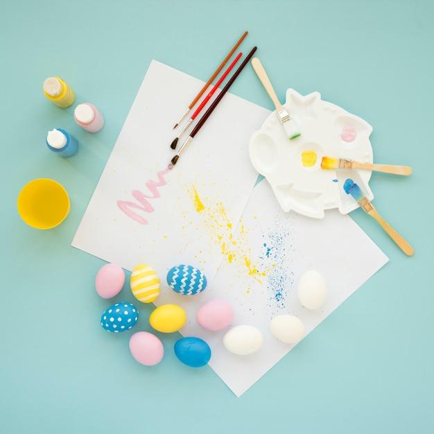 Set helle eier nahe papieren und farben Kostenlose Fotos