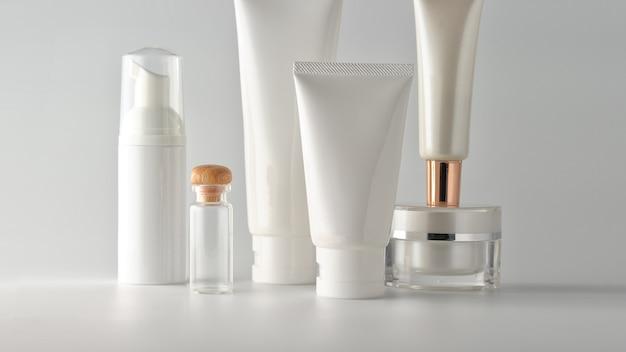 Set kosmetische produkte auf einem weißen hintergrund. Premium Fotos