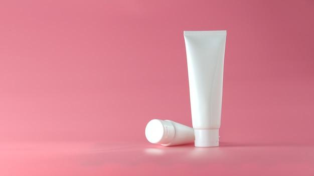 Set kosmetische produkte auf rosa hintergrund. kosmetisches leeres etikett für branding-modell. Premium Fotos
