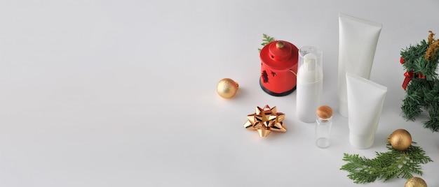 Set kosmetische produkte auf weißem hintergrund. kosmetische paketsammlung. Premium Fotos
