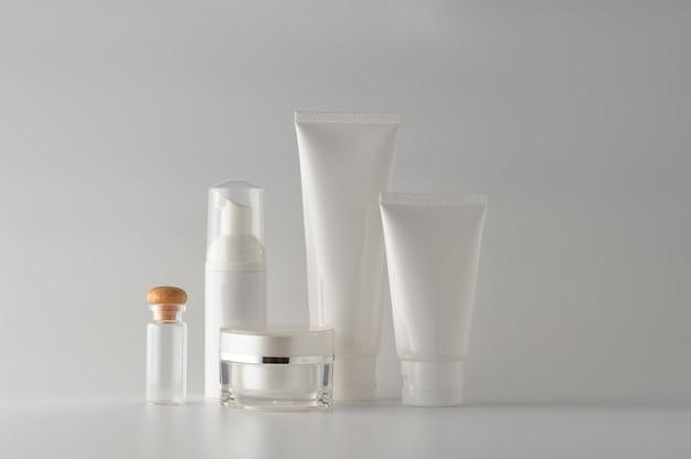 Set kosmetische produkte auf weißem hintergrund. kosmetisches leeres etikett für branding-modell. Premium Fotos