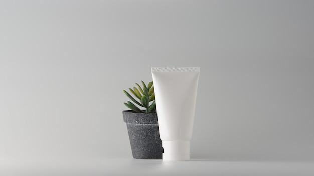 Set kosmetische produkte auf weißem hintergrund. Premium Fotos