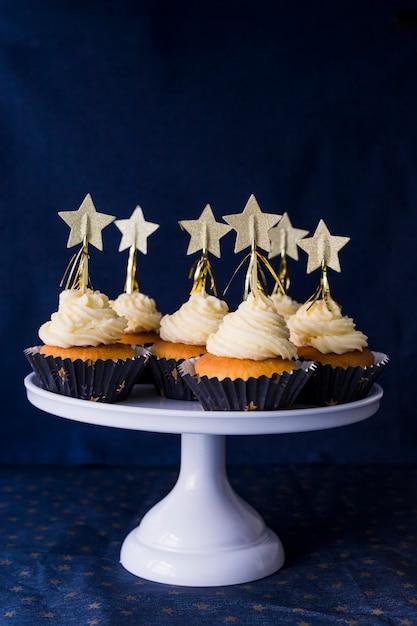 Set leckere kuchen mit buttercreme und sterne am stand Kostenlose Fotos