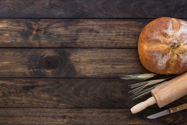 Set mit brot nudelholz und messer Kostenlose Fotos