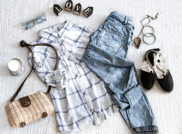 Set mit modischer damenbekleidung, hemd, jeans und tasche. trendiger hipster-look. flach liegen. Kostenlose Fotos
