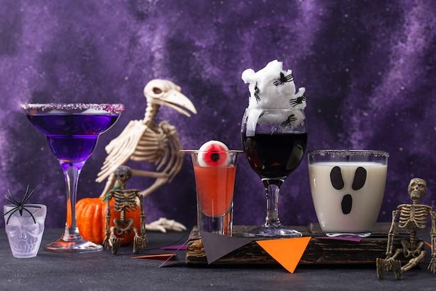 Set mit verschiedenen halloween-getränken. gruselige cocktails für die party Premium Fotos