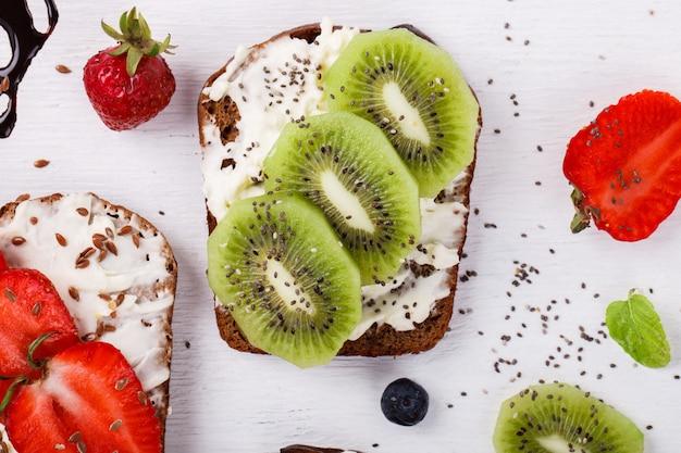 Set süße sandwiches mit frischem obst Premium Fotos