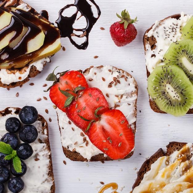 Set süße sandwiches mit frischen beeren und früchten Premium Fotos
