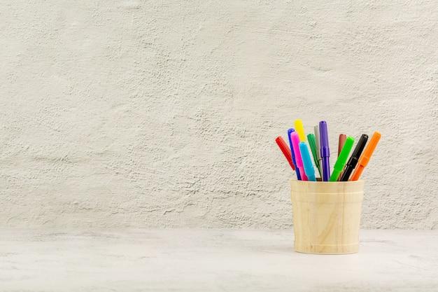 Set von buntstiften auf dem schreibtisch. - bildung und zurück zum schulkonzept. Premium Fotos
