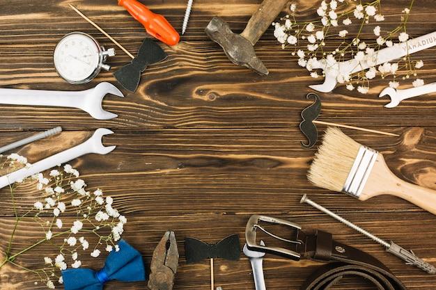 Set von reparaturausrüstungen in der nähe von werks- und lederband Kostenlose Fotos