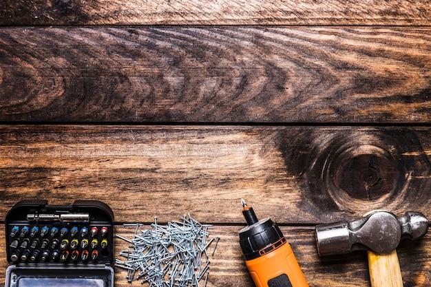 Set von torx kopf mit schrauben, bohrmaschine und hammer Kostenlose Fotos