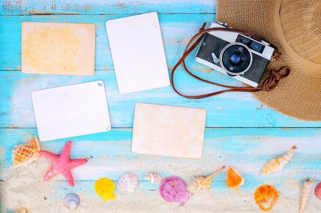 Setzen sie hintergrund - leeres fotopapier mit kamera, ferien und reise im sommerkonzept auf den strand. Premium Fotos
