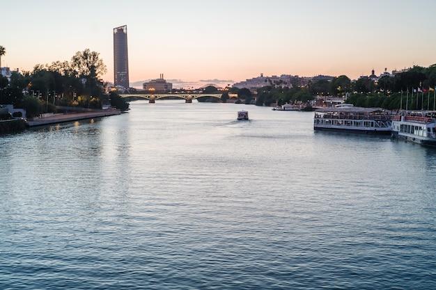 Sevilla, der fluss guadalquivir Premium Fotos