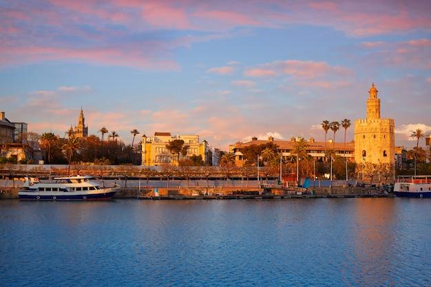 Sevilla sonnenuntergang skyline torre del oro und giralda Premium Fotos