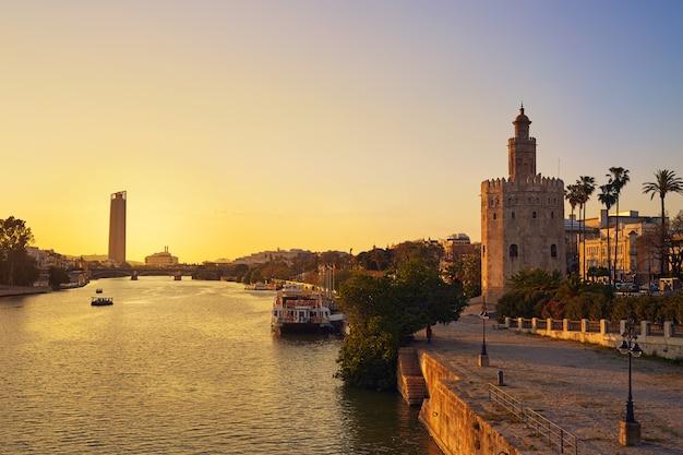 Sevilla-sonnenuntergangskyline torre del oro in sevilla Premium Fotos