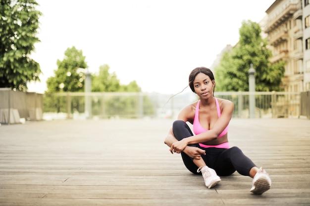 Sexy afromädchen in der sportausstattung Premium Fotos