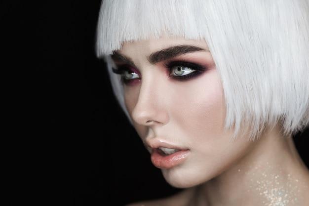 Sexy blondinemodell mit make-up, wangenknochen und gesunder glänzender haut Kostenlose Fotos