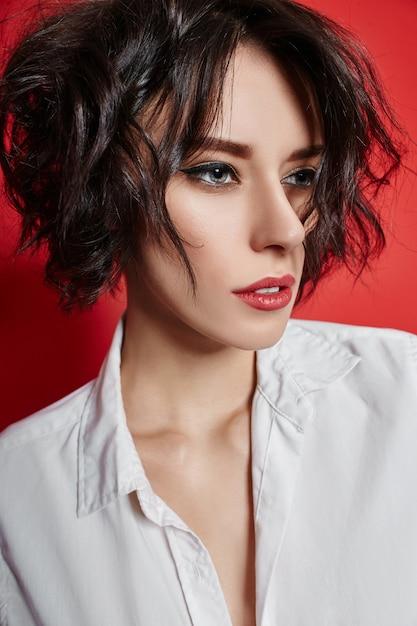 Sexy frau der kurzen frisur mit dem kurzen haar.   Premium