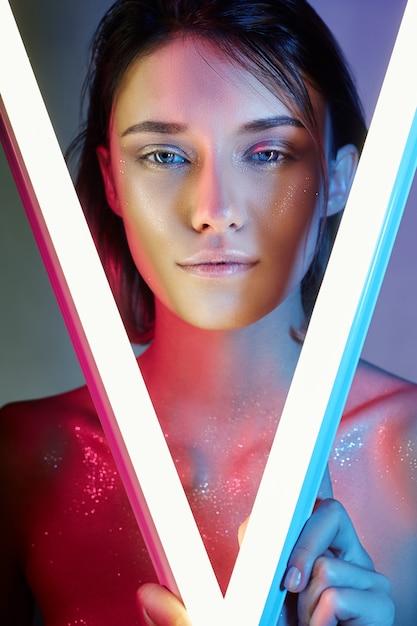 Sexy frau im neonlicht in der wäsche. neonlichter Premium Fotos