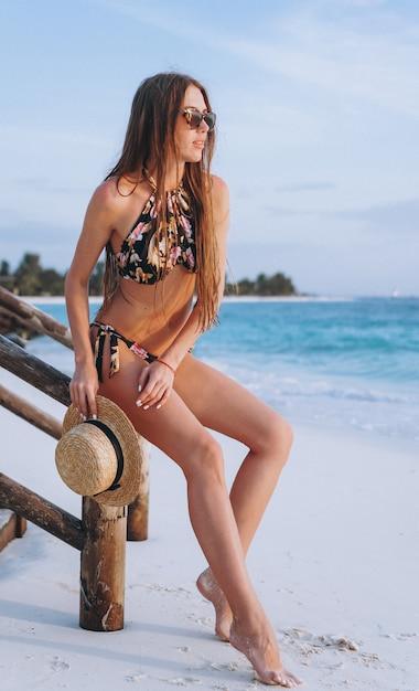 Sexy frau in der badeabnutzung durch den ozean Kostenlose Fotos