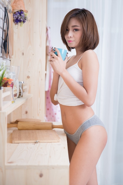 Sexy frau in der küche Kostenlose Fotos
