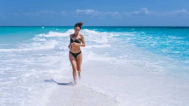 Sexy frau in der schwimmenabnutzung, die im ozean steht Kostenlose Fotos